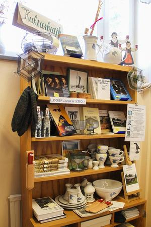 Vi ingången till biblioteket visas lokala hantverkares skapelser upp.