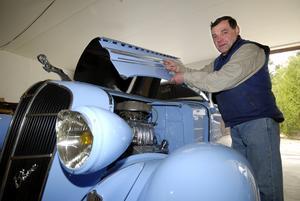 """Dodge 1936. """"Det här är en rod, det vill säga att karossen är relativt orörd. På en Hot rod bygger man om hela bilen"""", säger Kjell Mattsson."""