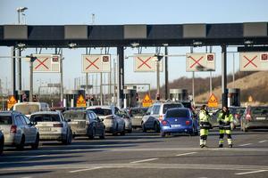 Trafiken på Öresundsbron stoppades i båda riktningar efter två olyckor med flera skadade personer på onsdagsmorgonen.