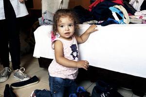 De flesta barnen skrattade och busade när de fick leksaker och kläder. Men Rimas var hela tiden allvarlig.