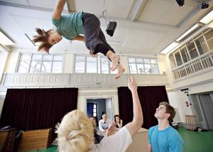 Erika Hansson flyger som en vante men tas emot av starka armar.