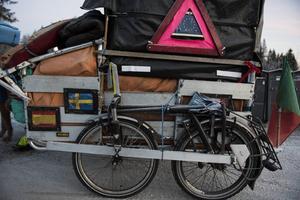 Vagnen med packningen som han drar har Paulo Teixeira byggt själv. För att klara påfrestningarna har den fätt större hjul.