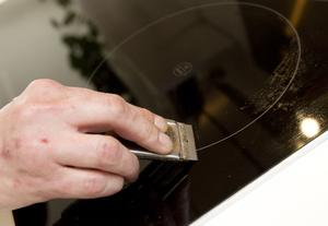 Om smutsen sitter hårt på spishällen eller runt plattorna tar Sonja hjälp av en klickskrapa, som bland annat går att köpa hos bygghandlare. Skrapa försiktigt så att det inte repar. Putsa metallringen runt spisplattorna med en stålboll. Den kan även användas till diskhon.