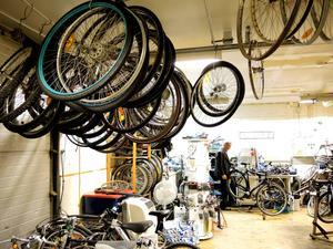 I cykelverkstaden finns massor av däck som väntar på att få hamna på rätt cykel.