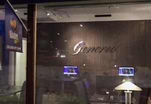 Det är den här skylten det handlar om. Den ska flyttas, menar social- och fritidsförvaltningen i Hudiksvall och Konsumentverket. Men butiksägarna står på sig.