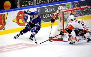 Fredrik Händemark på väg runt Växjömålet. Fredrik jobbade och slet bra i en match som Leksand kunde vinna med 2–1 efter förlängning. Foto: Mikael Hellsten