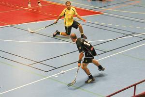 Brobergs Magnus Fryklund vräker sig fram och täcker ett skott av Gluggens Henrik Landström.