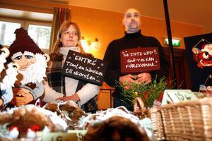 Skyltsöndagen. Therese Jigfjord och Peter Rogans skyltar med roliga texter var ett exempel på lite annorlunda presenter.