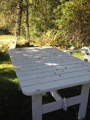Många fina fikastunder hade vi vid stugan i somras, men nu står bordet övergivet.