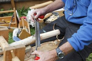 Mike Baker svarvar och arbetar mycket i färkt trä som gör att produkterna får särskilda egenskaper.
