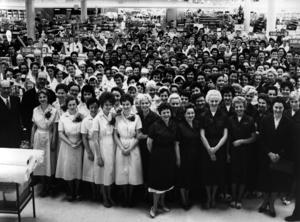 Tempo på Borganäsvägen:       Tempos personal samlad inför varuhusets öppning i Borlänge 1960. Ännu mera kvinnohistoria: 204 av 213 synliga, 96 procent, är kvinnor.