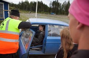 Erik Eriksson får instruktioner utav Jocke Hester om hur han ska tänka under nästa körning.