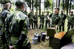 Mycket utrustning. Anders Elisson går igenom utrustningen för gruppen. Det är mycket att tänka på.