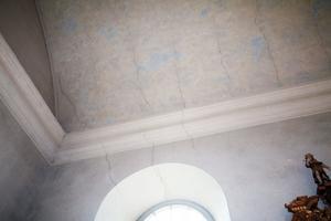 Karbennings kyrka, Karbenning, är i behov av renovering, exempelvis är det grava sprickor i taket. Västerås stift skjuter till 700 000 kronor för detta ändamål.