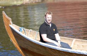 Patric Wener satte sig längst bak i båten, utan åra, och bara njöt av solen medan hans adepter, ledsagade av Åsa Mattsson, tog ut nye MIK-tränaren på Siljan.