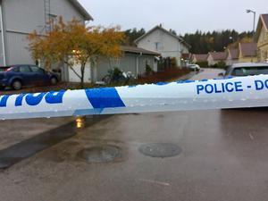 Polisen har spärrat av delar av Hagaberg. Men ännu finns ingen information att få från polismyndigheten om vad det är som egentligen har hänt på platsen.