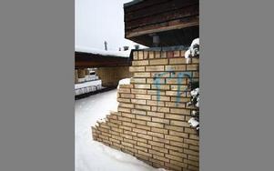Klotter kostar pengar att åtgärda, men en sönderslagen tegelmur är nog ännu dyrare.FOTO: SATFFAN BJÖRKLUND