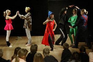 Eleverna på Timrå gymnasiums estetiska program har skapat koreografin till barnlåtarna helt själva.