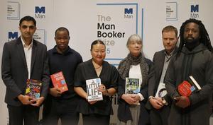 Marlon James, till höger, tilldelas årets Bookerpris.