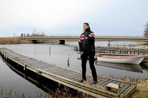 Tur i oturen. När Rickard Åhs hade sin båt vid Sundsängens bryggförening blev han bestulen på båten två gånger. Båda gångerna hittades dock båten igen. Detta tack vare bryggrannarna som hållit utkik.