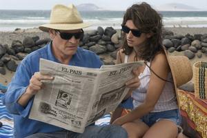 Penelope Cruz har huvudrollen på alla sätt. Här läser hon och José Luis Gómez en nedgörande filmrecension.  Sandrew Metronome