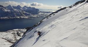 Danska Anja Bolbjerg åker ned för Geitgaljen i Lofoten, Norge.