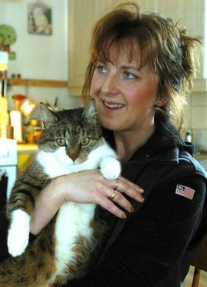Eva-Britt Gerhardsson, ordförande i Djurskyddet i Ådalen, har arbetat med djurskyddets verksamhet i 17 år och det ansvar och den positiva förändring som hon nu ser bland många kattägare hoppas hon innerligt skall bestå.