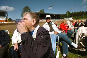 Efter att ha klarat av tipspromenaden kände Rolf Karlsson från Hällabrottet att det gällde att stärka sig med en kopp kaffe inför femkampen. - Det gick åt skogen med tipspromenaden. Jag fick nöja mig med sex rätt, sa en i övrigt nöjd Må-bra-dags-deltagare.