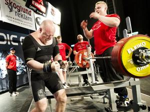 Bollnäs styrkeklubbs Ronny Westlin skriker ut sin glädje sedan han klarat 250 kilo i bänkpress och tagit guldet i klassen senior +120 kilo.