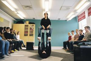 Föreställningen inleds med akrobatik.