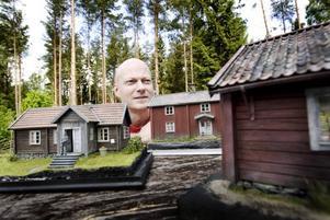 """MODELLER MED PRECISION. Gamla svenska torp ligger Niclas """"Flobbe"""" Flodberg varmt om hjärtat. Med stor noggrannhet återskapar han husen och stämningarna omkring                 dem. """"Torpen berättar arbetarnas historia, de som byggde upp Sverige""""."""