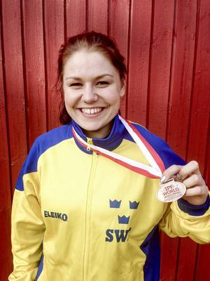 Ett stort kliv mott toppen. Junioren Therese Rohdin tog VM-brons i sin klass (-83 kilo) i danska Rödby.