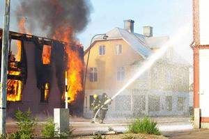 Räddningstjänsten sprutade skum och vatten på fasaderna runt villan som brann för att hindra elden från att sprida sig.