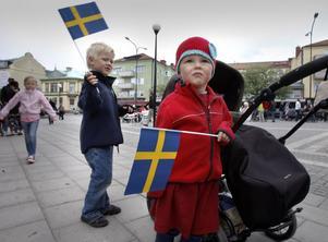 Aron och Rut Sidenvall var två av de få som viftade med flaggor.