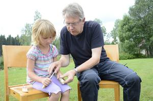 Lars Petersson, länshemslöjdskonsulent på Länsmuseet i Örebro, ger Maja Koppla tips om hur hon ska hantera tälgkniven.