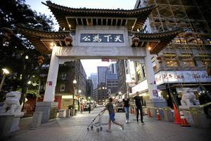 """Företagsamhet. Många av de så kallade """"Chinatowns"""" runt om i världen är bra exempel på hur integrationen får hjälp av företagsamhet och lönespridning. Bilden är från Bostons Chinatown.Arkivfoto: Steven Senne/AP/TT"""