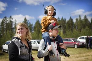 Camilla Damar, Adrian Edlund och Andreas Josefsson besökte lastbilsracet på Fönebasen.