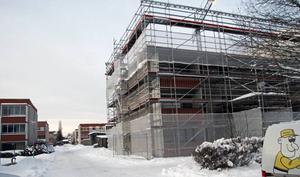 På Klöverstigen 28, mitt för Sportfältet i Borlänge, pågår en vanlig totalrenovering som referensobjekt. Sommaren 2016 startar forskningsprojektet i ett hus bredvid där man låter de boende bo kvar.