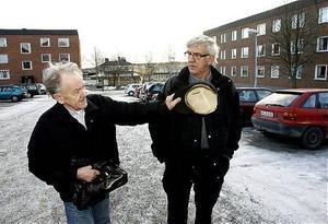 Jack Wall (till vänster) och Runar Karlsson är upprörda efter onsdagskvällens vandalisering på Murberget i Härnösand.