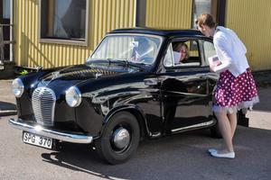 Veronica Gustafsson hälsar några av besökarna välkomna och delade ut ett blad där bilägarna fick lämna sina kontaktuppgifter om de är intresserade av att få information av kommande bilträffar vid nostalgimacken.