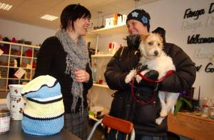 Pia Vallström med hunden Lykke beställer en OS-mössa av Tina Svensson till sitt barnbarn. Foto: Carin Selldén