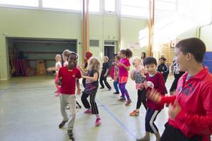 Glädjen är kodordet för lyckad motion. Burhan, Josefin, Tom och Hamid skiner upp lite extra i sista låten Marie Nord kör på rörispasset.
