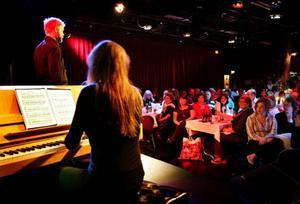 Avspänt framträdande med fokus på publiken, enligt ÖP:srecensent.