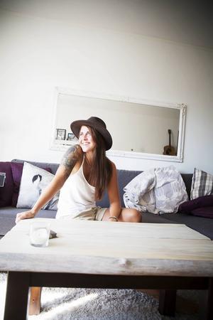Det vita vardagsrumsbordet har Annica Olsson byggt själv. Faktiskt har hon renoverat hela sin lägenhet själv, allt från tapetsering till väggpaneler har hon gjort själv.   – Jag gillar inte att vara beroende av någon för att få något gjort, säger hon.