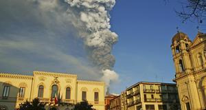 Vulkanrök sedd från den italienska staden Zafferana på Sicilien.