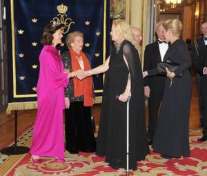 ITALIEN.Anita Ekberg hälsar på Drottning SIlvia på en svensk svarsmiddag under kungaparets statsbesök i Italien.