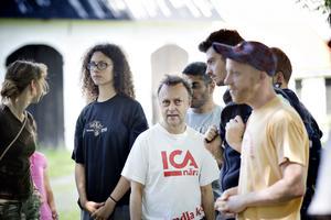 Lars Igeland med deltagare från Färnebo folkhögskola håller en cykelkurs hos de asylsökande i Gysinge.