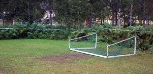 En sjuårig pojke fick svåra skador då ett fotbollsmål välte över honom på tisdagskvällen.