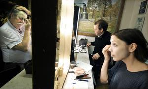 Det är många förberedelser inför föreställningarna och skådespelarna och sångarna sminkar sig själva.