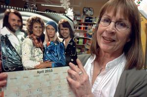 Anette Lindholm på Helins bokhandel visar upp en av de populära kalendrarna.